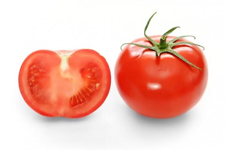 Fotografía con la mitad de un tomate junto a un tomate entero