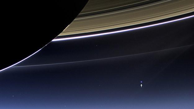 Fotografía de la tierra detrás de los anillos de Saturno