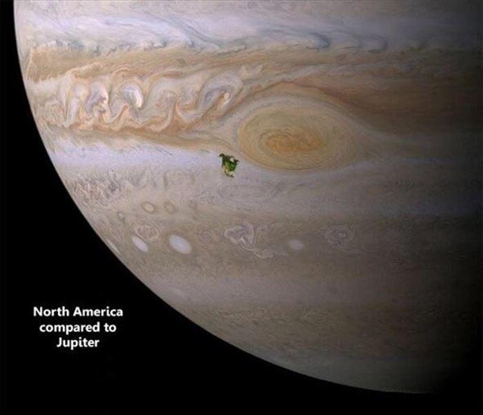 Planeta Júpiter con una mancha en color verde que representa a América del Norte