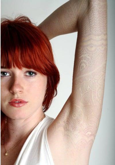 Tatuaje en tinta blanca sobre el brazo de una chica
