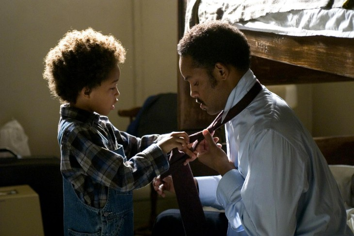niño ayudando a su padre a arreglarse la corbata