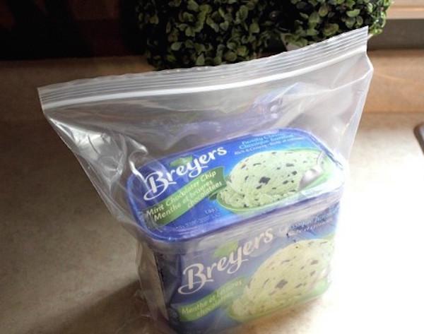 Bote de helado dentro de una bolsa de plástico