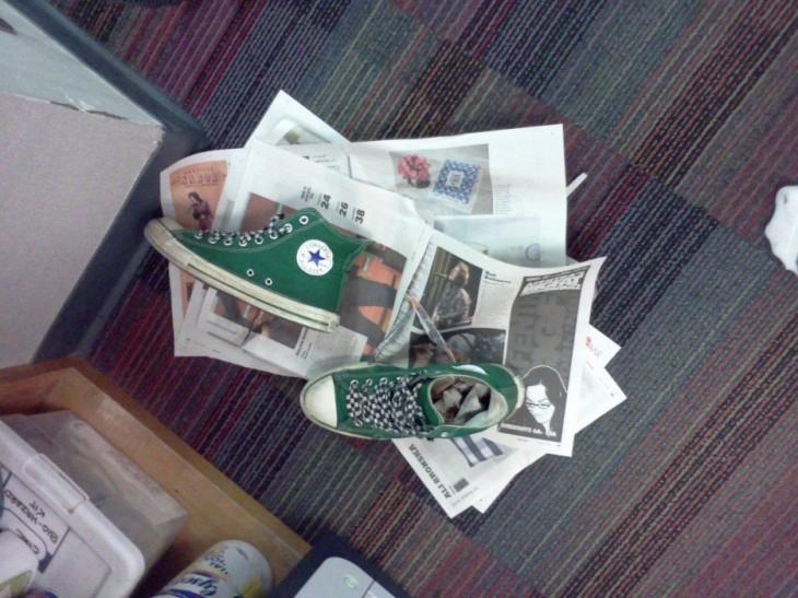 Tenis con papel periódico dentro par absorber la humedad