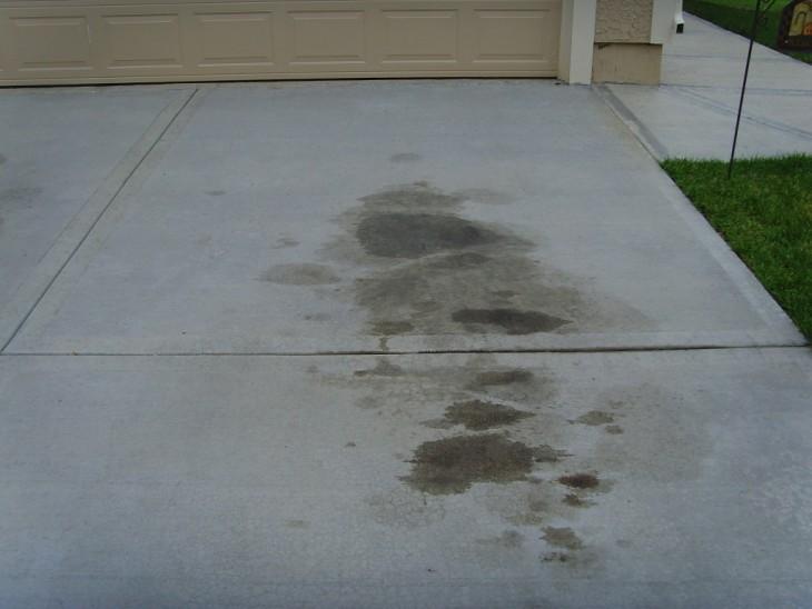 Manchas de aceite en el suelo de tu cochera o calle