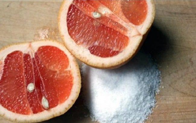Mitades de toronja con un poco de sal