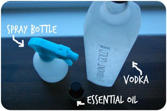 Botella en spray, vodka y aceite para limpiar un colchón