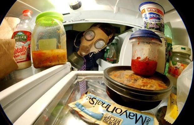 Coloca periódico dentro del refrigerador para eliminar olores