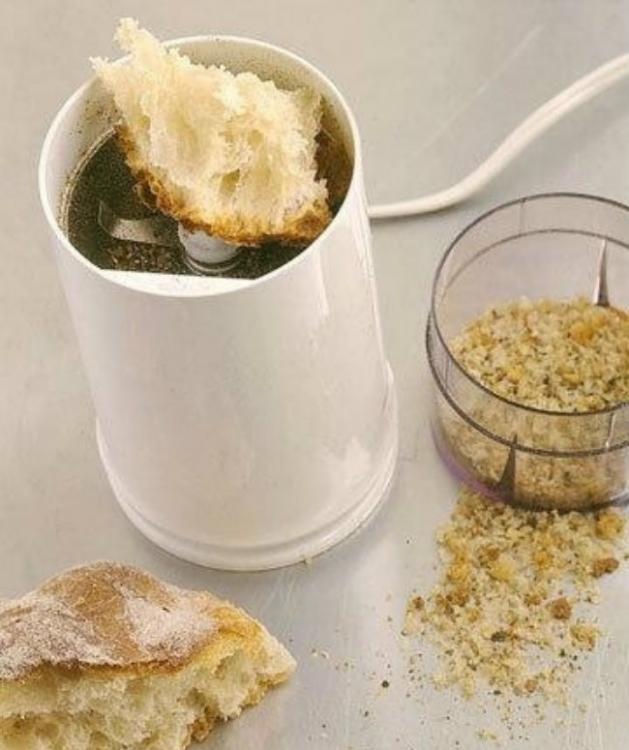 Pulveriza pan blanco sobre una moledora de especias para limpiar
