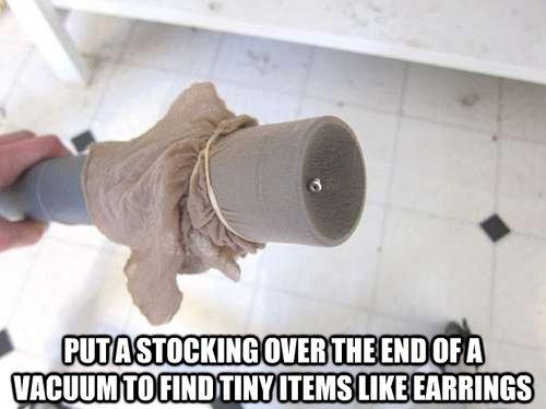 Tubo de la aspiradora con una media al final del vació para encontrar pequeños objetos