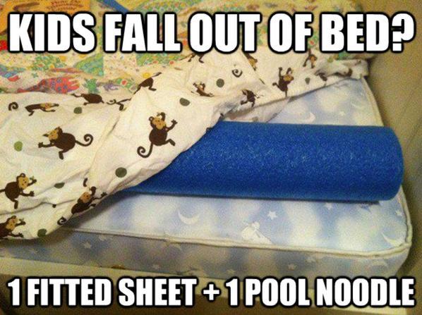 Orilla de la cama con un tubo de piscina para evitar que se caigan