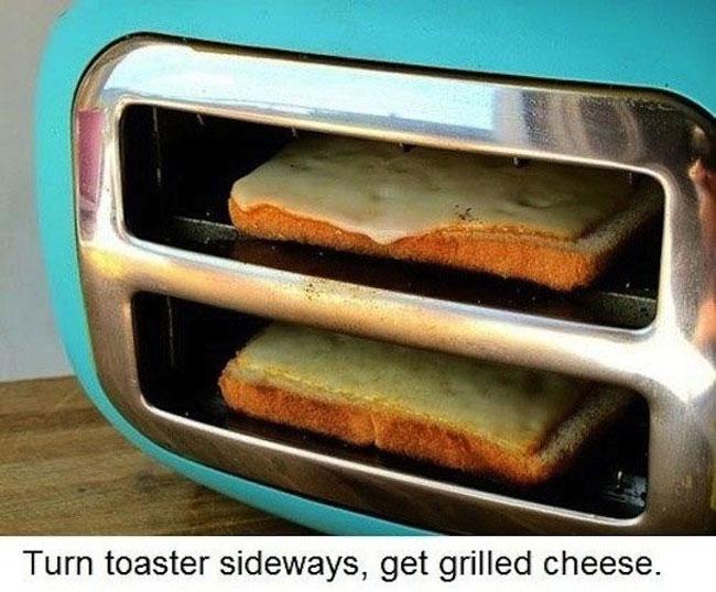 Pan con queso dentro de una tostadora acostada