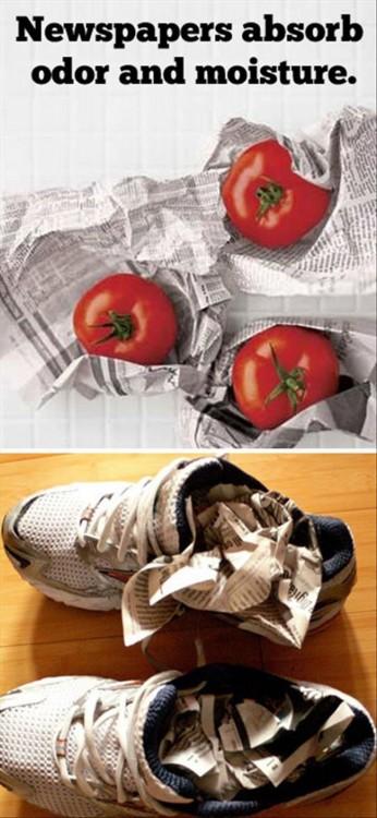 Tomate y tenis envueltos en papel periódico para eliminar el olor y la humedad