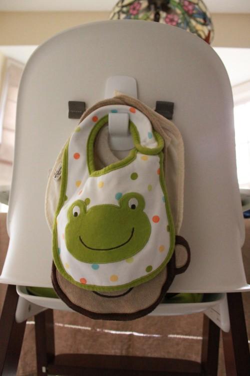 Gancho detrás de una silla para colgar los baberos del bebé
