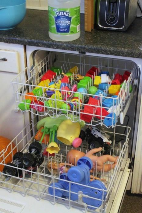 Lavavajillas con juguetes dentro recién salidos de lavar