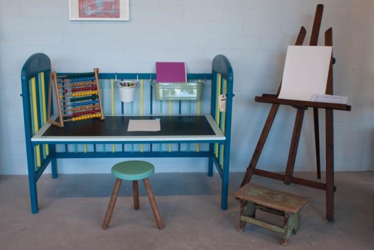 Cuna convertida en un escritorio para las tareas