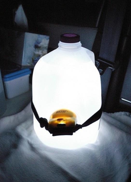 Lámpara hecha con un galón y un foco