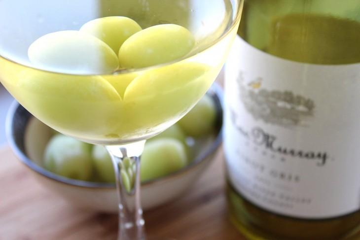 Coloca uvas congeladas en la parte superior de una copa de vino blanco
