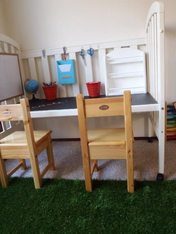 Cuna convertida en escritorio de tareas para tu hijo