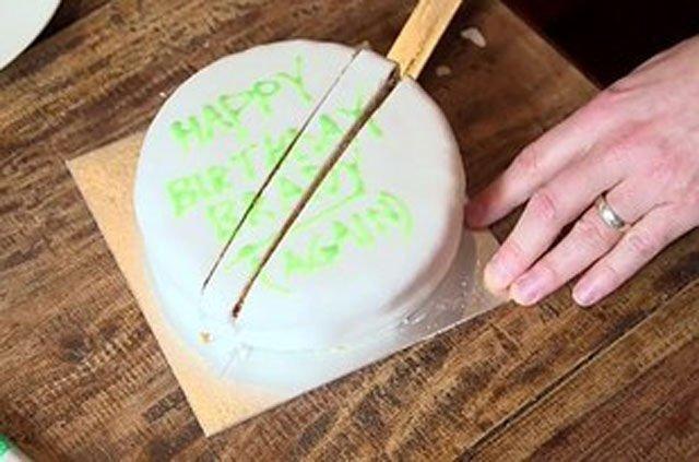 Truco para partir un pastel en medio