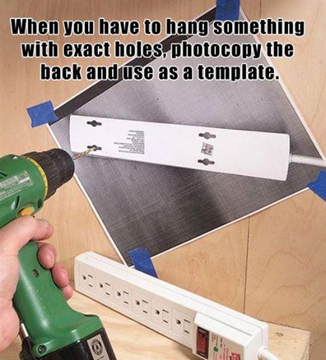 Fotocopia la parte trasera de un multicontacto y utilízalo como plantilla antes de hacer agujeros
