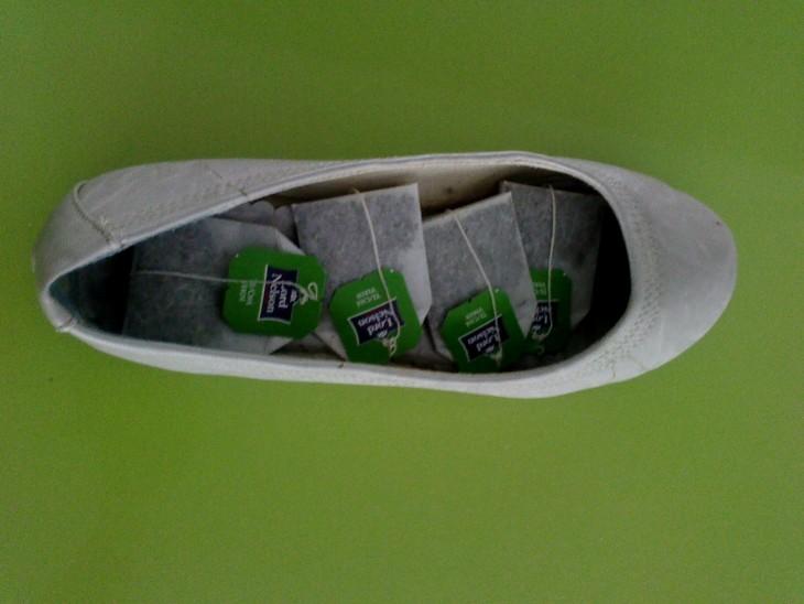 Zapatos con bolsas de té adentro