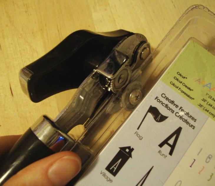 Usa un abrelatas para abrir empaques fastidiosos