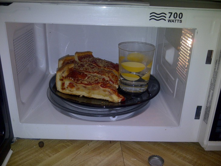 Truco para que tu pizza no se haga dura dentro del microondas