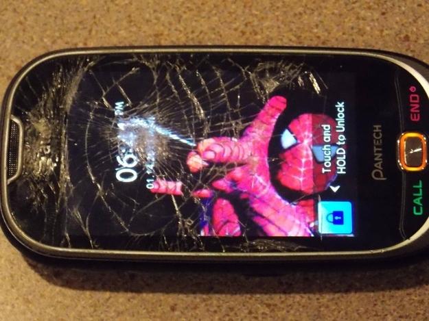 Fondo de pantalla del hombre araña sobre una pantalla rota