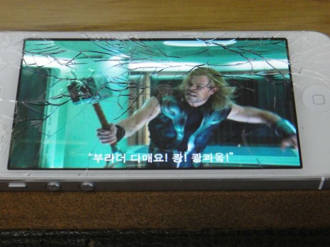 Fondo de pantalla de Thor simula que golpea una pantalla estrellada