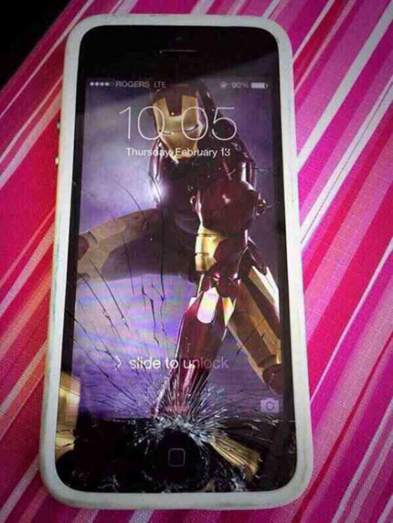 Fondo de pantalla de Iron Man que simula estar golpeando el celular