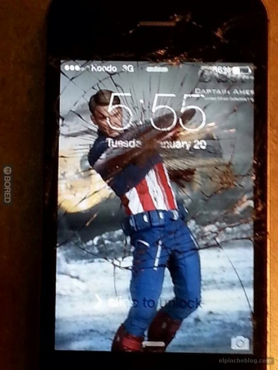 Fondo de pantalla de un celular roto donde el capitán américa simula dar un golpe
