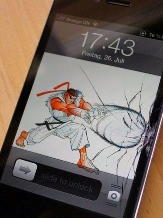 Fondo de pantalla donde un personaje de un videojuego rompe la pantalla de un celular