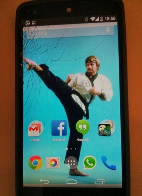 Fondo de pantalla donde Chukc Norris da una patada a la esquina de un celular