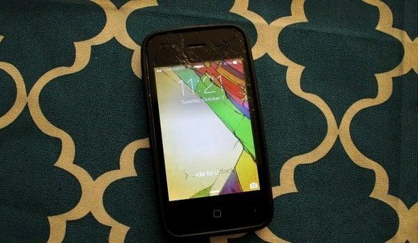 Fondo de pantalla de colores para un celular roto