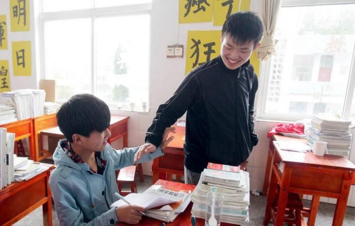 Xie saludando a Zhang en la escuela
