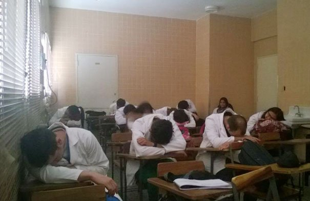 #Yotambienmedormi rdtyudiantes de medicina dormidos en el salon de clase