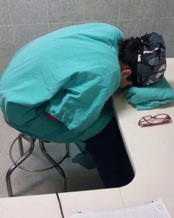 #Yotambienmedormi estudiante con la cabezza recostada