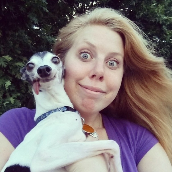 perro galgo con la lengua afuera con una mujer