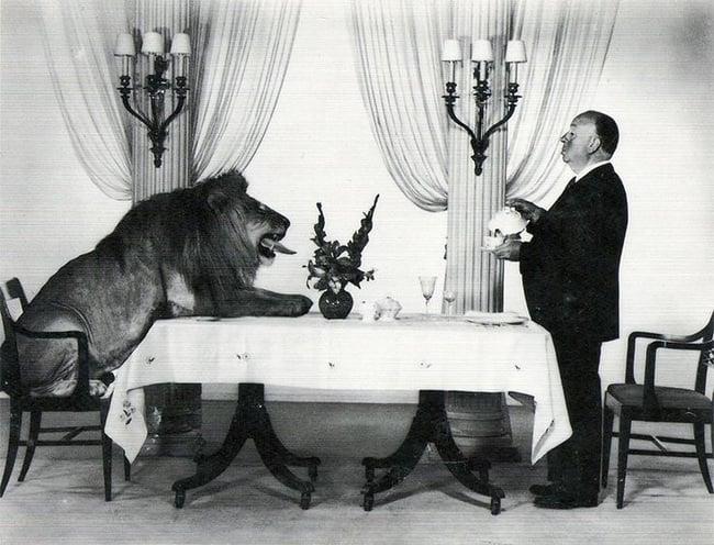 Alfred Hitchcock con el leon de MGM