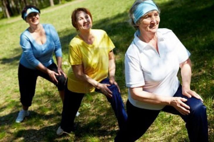 3 mujeres haciendo taichi parque