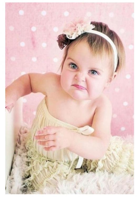 bebé en cuarto rosado