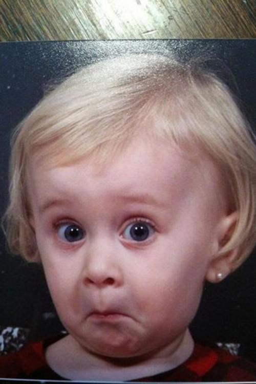 bebé rubia con cara de susto