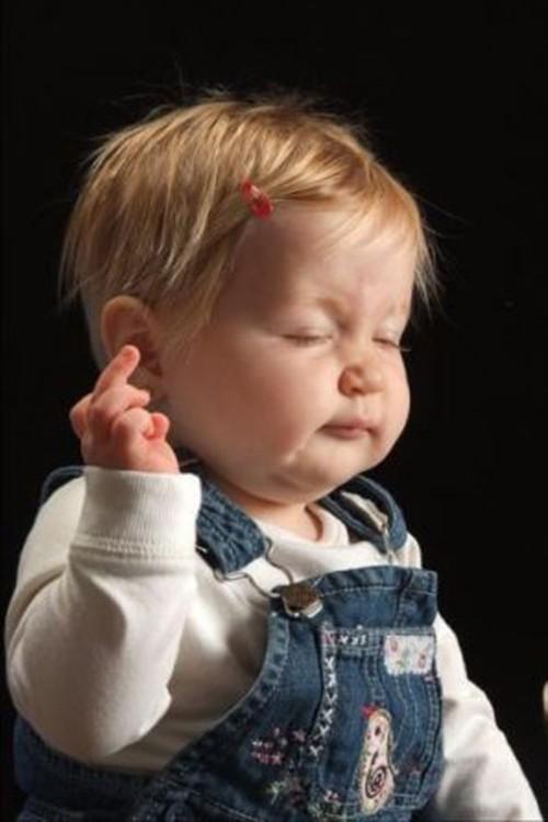 bebé haciendo mostrando un insulto con el dedo