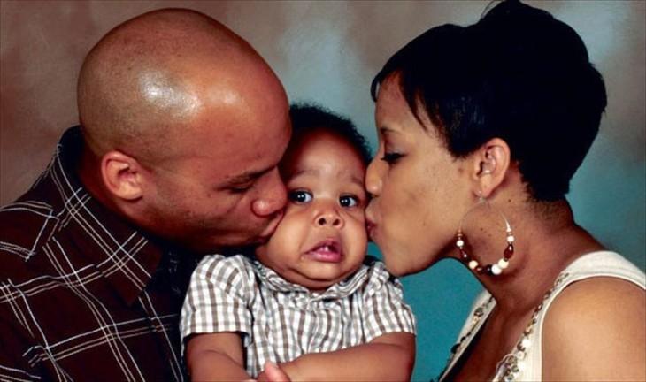 familia con bebé  sorprendido