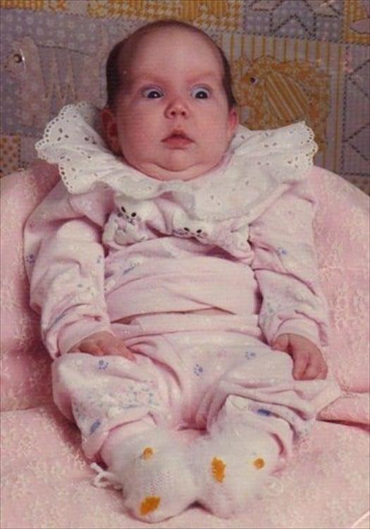 bebé  en la cama rosada