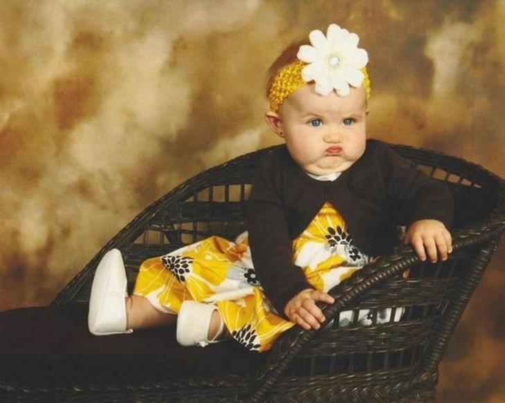 bebé  de negro y amarillo enojada