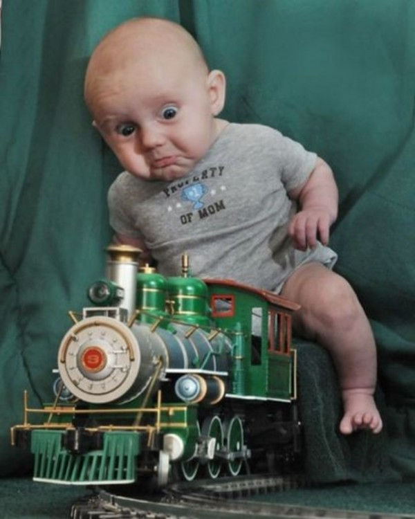bebé arriba de un tren