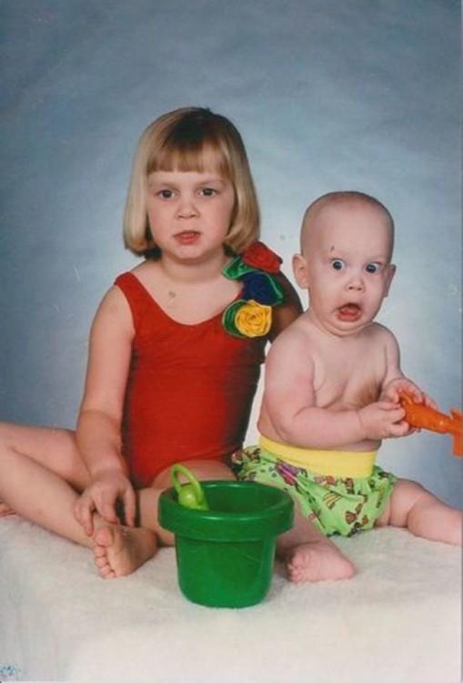 hermana con su hermano bebé