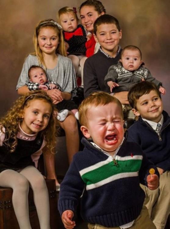 familia con un bebé llorando