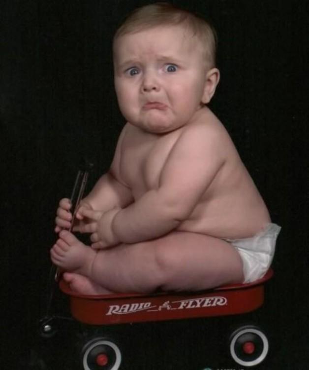 bebé  sentado en una silla